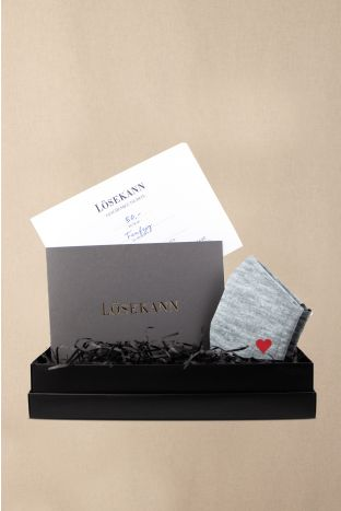 Gutschein Box schwarz 50 EUR + gratis Maske Heart grey heather